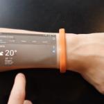 Pulseras que muestran el móvil en el brazo